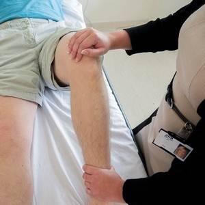 Колено опухло и болит при сгибании: лечение, причины, что делать