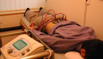 Боль в спине отдает в ногу: причины, лечение, что делать