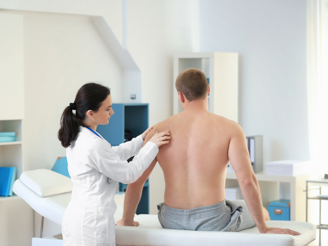 Лечение растяжения мышц рук после травмы: мази, физиотерапия, фиксация