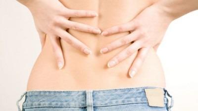 Почему болит ниже поясницы у женщин, как лечить