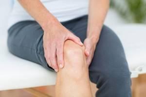 Боль в колене при ходьбе по лестнице (спуске или подъеме), как лечить, если болит