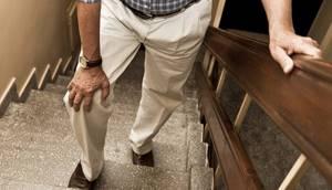 Боль в колене при ходьбе по лестнице: причины, как лечить